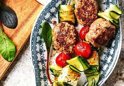 Brochettes de boulettes d'agneau, tomate cerise, courgette et halloumi
