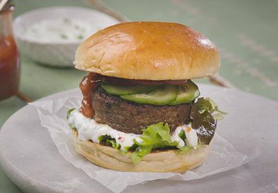 Burger d'agneau, sauce yaourt et purée de tomates confites