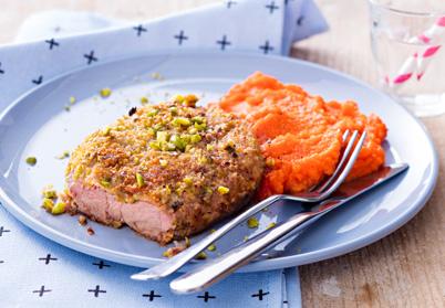 Tranches de gigot d'agneau panées aux pistaches et purée de carottes