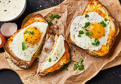 Croque-madame au gigot d'agneau et béchamel à la moutarde