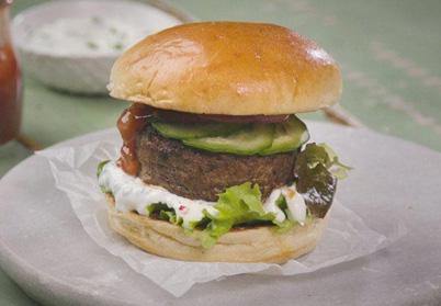Burgers d'agneau, sauce yaourt et purée de tomates confites
