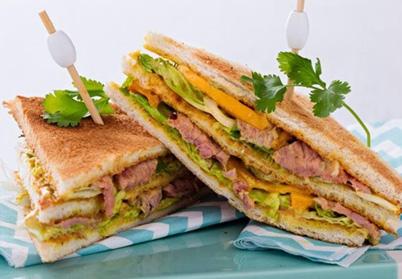 Sandwich d'effiloché d'agneau, houmous et grenade