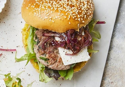 Burger d'agneau, moutarde douce, oignons rouges caramélisés et fêta