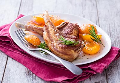 Côtes d'agneau, sauce aux abricots et au romarin