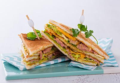 Club-sandwichs à l'agneau tandoori et à la mangue