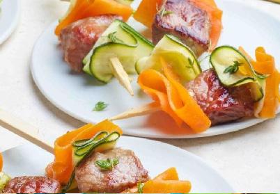 Mini brochettes de gigot d'agneau aux légumes croquant