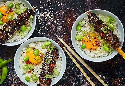 Petites brochettes yakitori de filet d'agneau, riz sauté et edamame