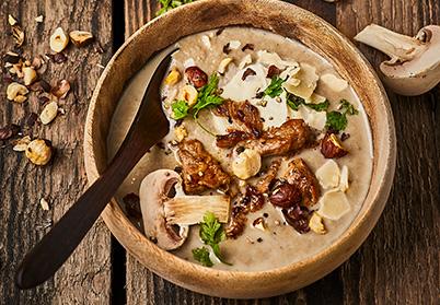 Velouté de champignons de Paris à l'émincé d'agneau, au parmesan et aux noisettes